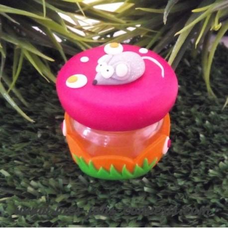 Boite à P'tite souris, le couvercle est rouge et le contenant orange avec de l' herbe verte.